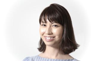 カメラ目線の若い女性の笑顔アップの写真素材 [FYI01188954]