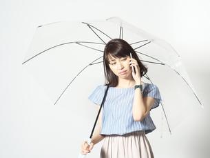 ええ!! 雨だから行くのいや!!の写真素材 [FYI01189088]