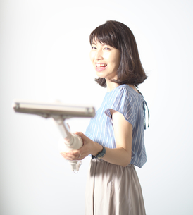 掃除機で遊ぶ若い女性の写真素材 [FYI01189305]