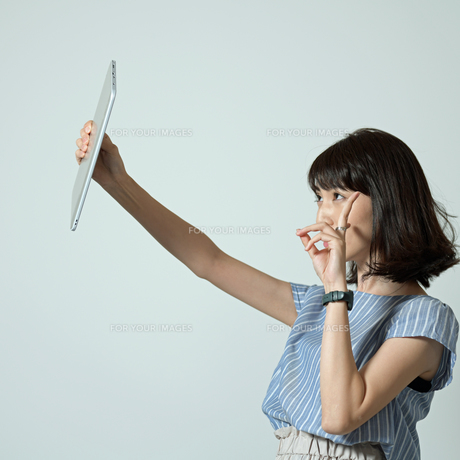 タブレットで自撮りする女性の写真素材 [FYI01189311]