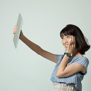 タブレットで自撮りする女性の写真素材 [FYI01189312]