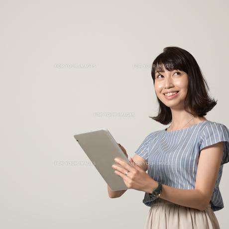 タブレットを操作する女性の写真素材 [FYI01189313]