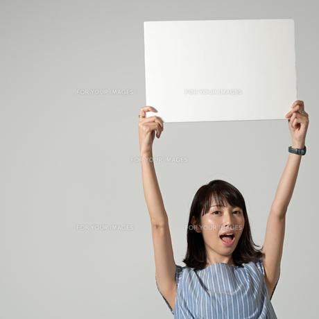 パネルを持つ女性の写真素材 [FYI01189314]