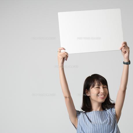 パネルを持つ女性の写真素材 [FYI01189315]