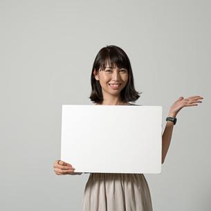 パネルを持つ女性の写真素材 [FYI01189316]
