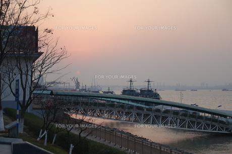 南京、長江の夕景の写真素材 [FYI01189458]