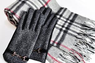 チェックのマフラーと手袋の写真素材 [FYI01189464]