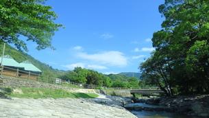 川のほとりの写真素材 [FYI01189703]