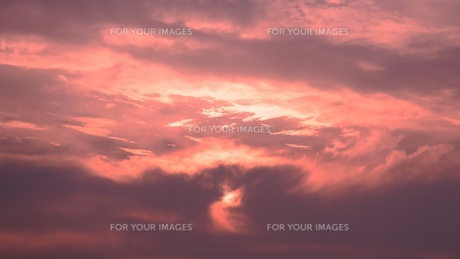 雲に隠れた夕日の写真素材 [FYI01189712]