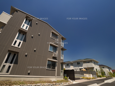 住宅街のアパートの写真素材 [FYI01189768]