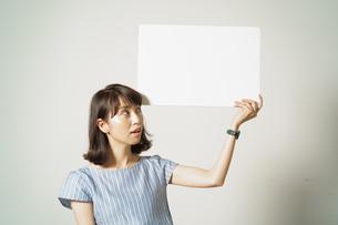 白バックで驚く表情の女性の写真素材 [FYI01189795]