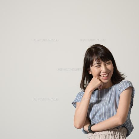 腕組みして笑う女性の写真素材 [FYI01189850]