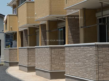 住宅街のアパートの写真素材 [FYI01190028]