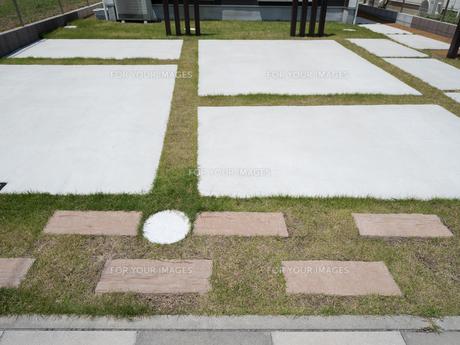 住宅の駐車スペースの写真素材 [FYI01190037]