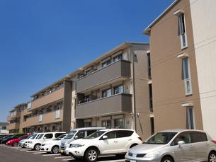 住宅街のアパートの写真素材 [FYI01190040]