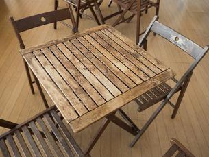 木製のテーブルと椅子の写真素材 [FYI01190043]