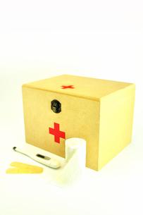 救急箱と包帯と体温計の写真素材 [FYI01190138]