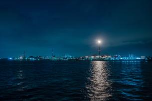 川崎市の東扇島東公園からの工場夜景の写真素材 [FYI01190153]