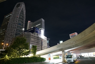 人通りのまばらな新宿駅西口のロータリーの写真素材 [FYI01190175]