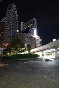 人通りのまばらな新宿駅西口のロータリーの写真素材 [FYI01190176]