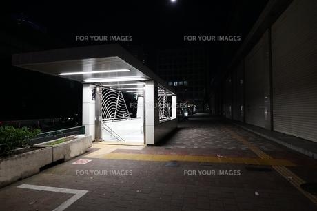 人通りのまばらな新宿駅西口の地下街入口の写真素材 [FYI01190178]