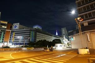 人通りのまばらな新宿駅西口の写真素材 [FYI01190180]