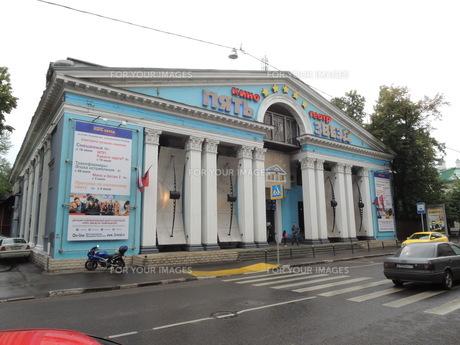 モスクワ市内のウーリツァ・パフルンと通りの映画館の写真素材 [FYI01190200]
