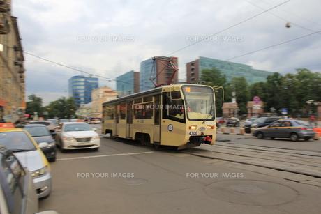パヴェレツカヤ駅前を失踪するトラムの写真素材 [FYI01190213]