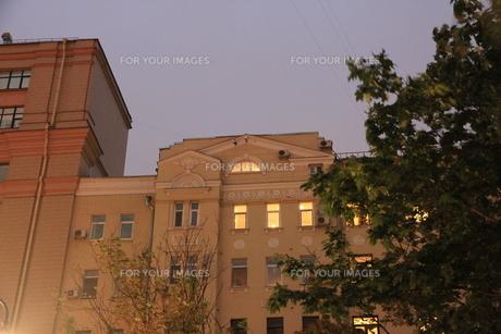 モスクワのウーリシャ・ピャトニツカヤ通り近くの明かりの灯るフラットの写真素材 [FYI01190220]