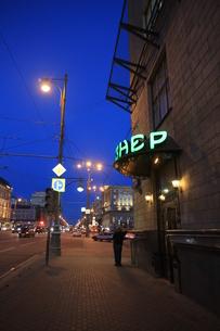 薄暮のボリショイ劇場近くの通りの写真素材 [FYI01190233]