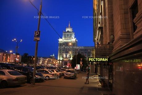 薄暮のボリショイ劇場近くの通りの写真素材 [FYI01190234]