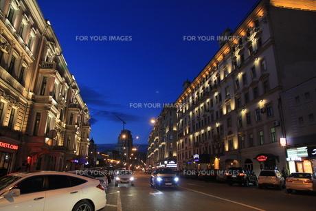 薄暮のボリショイ劇場近くの通りの写真素材 [FYI01190236]