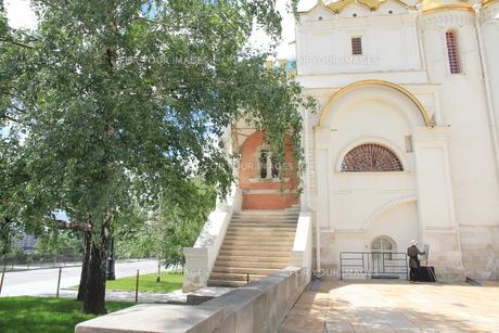 モスクワの生神女福音大聖堂前でスケッチに講ずる人の写真素材 [FYI01190240]