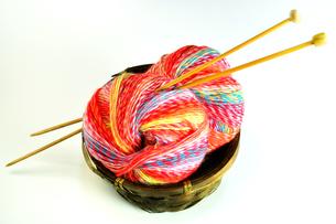 カゴ入りのカラフルな毛糸玉の写真素材 [FYI01190259]