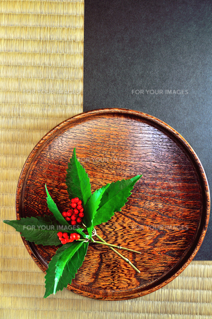 センリョウとお盆の写真素材 [FYI01190260]