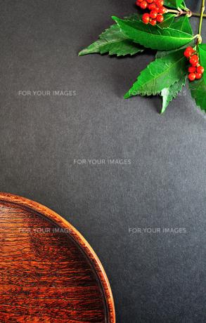 センリョウとお盆の写真素材 [FYI01190262]