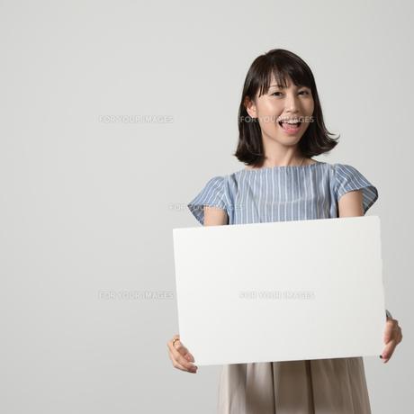 パネルでアピールする若い女性の写真素材 [FYI01190375]