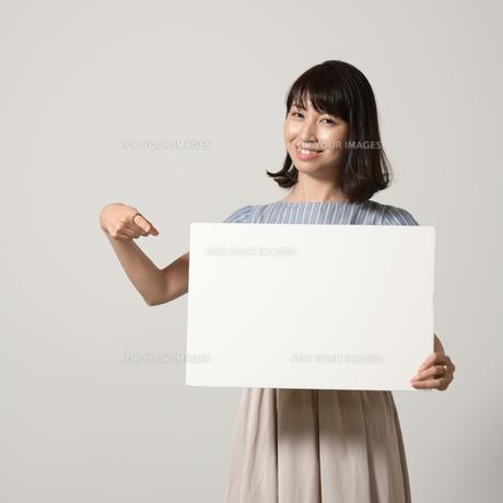 パネルでアピールする若い女性の写真素材 [FYI01190377]
