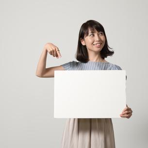 パネルでアピールする若い女性の写真素材 [FYI01190378]