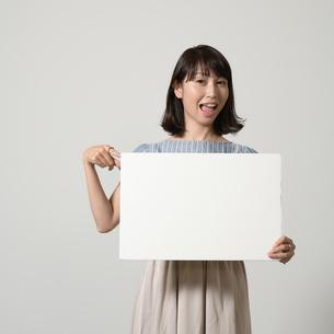 パネルでアピールする若い女性の写真素材 [FYI01190379]