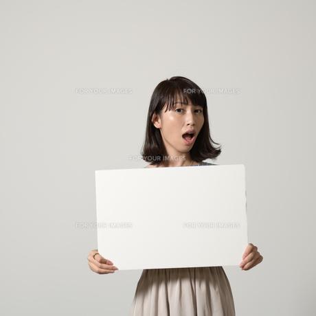 パネルでアピールする若い女性の写真素材 [FYI01190380]