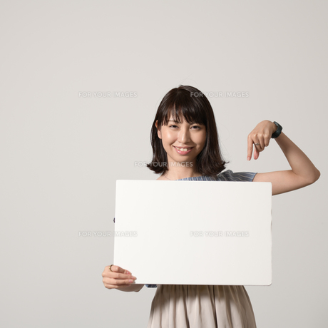 パネルでアピールする若い女性の写真素材 [FYI01190381]