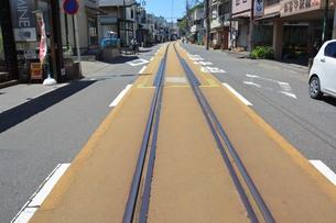 江ノ電 / 夏の湘南海岸を走る江ノ電の写真素材 [FYI01190428]