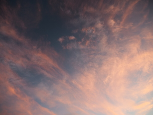 夜明け前の抽象画のような色合いの空の写真素材 [FYI01190479]