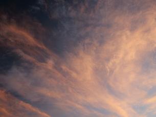 夜明け前の抽象画のような色合いの空の写真素材 [FYI01190480]