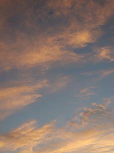 夜明け前の抽象画のような色合いの空の写真素材 [FYI01190481]