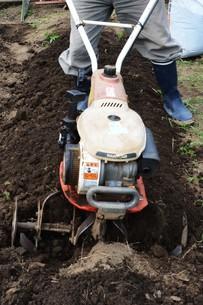 ミニ耕運機で畑の土づくり / 家庭菜園の写真素材 [FYI01190502]