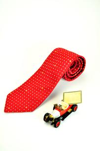 ネクタイとミニカーの写真素材 [FYI01190529]