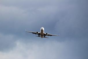 空に飛び立つ飛行機の正面の写真素材 [FYI01190633]