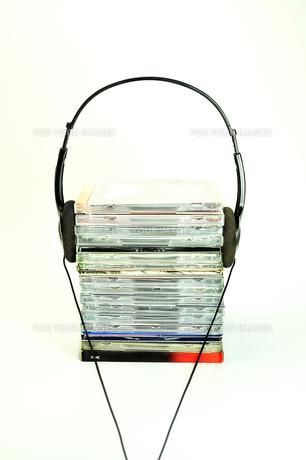 積み重なったCDとヘッドフォンの写真素材 [FYI01190813]